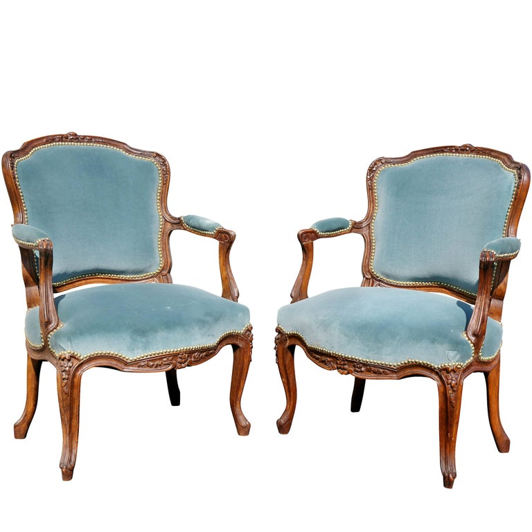pair of louis xv style walnut fauteuil for sale at 1stdibs. Black Bedroom Furniture Sets. Home Design Ideas