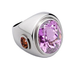 Cocktail Ring in 18 Carat White Gold, 1 Kunzite of 27.48 ct, 2 Sapphires 3.39 ct
