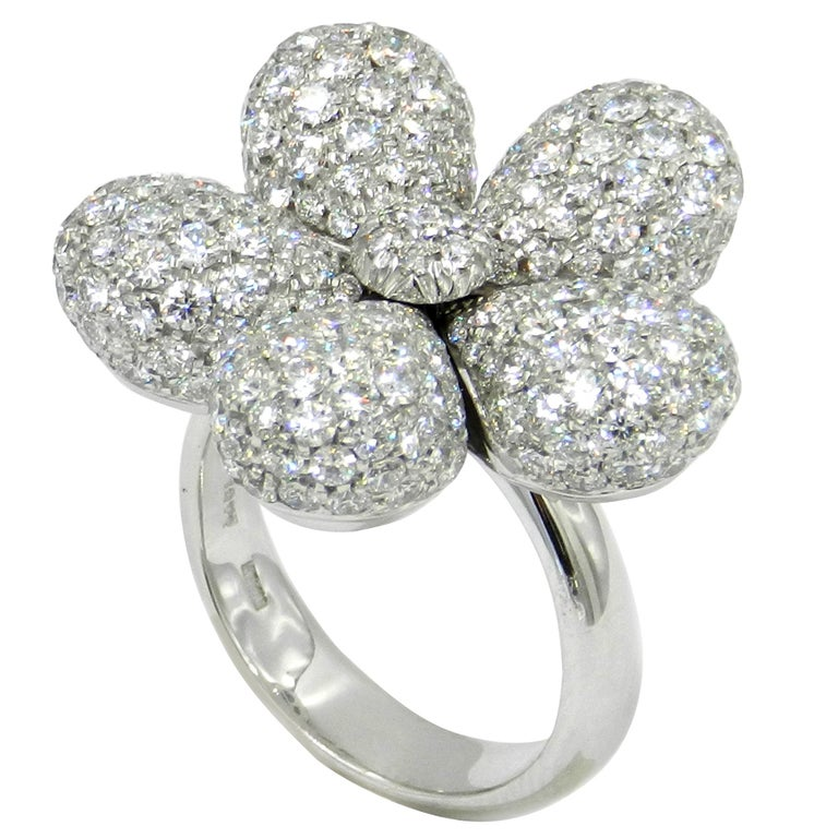 18 Karat White Gold White Diamonds Pavè Flower Garavelli Ring