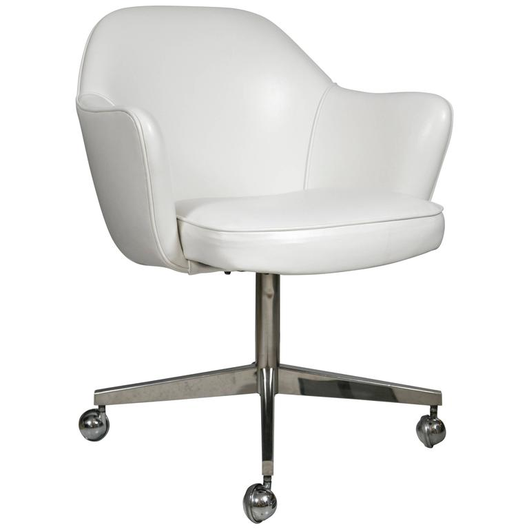Saarinen Executive Armchairs In White Leather, Swivel Base For Sale