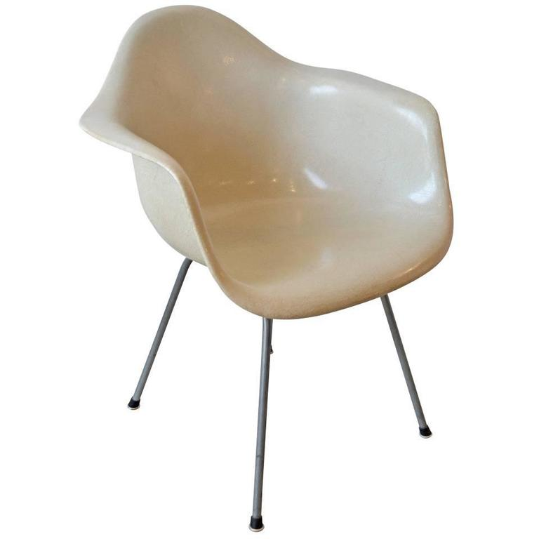 Superbe Eames Eggshell Color Fiberglass Zenith Chair By Herman Miller For Sale