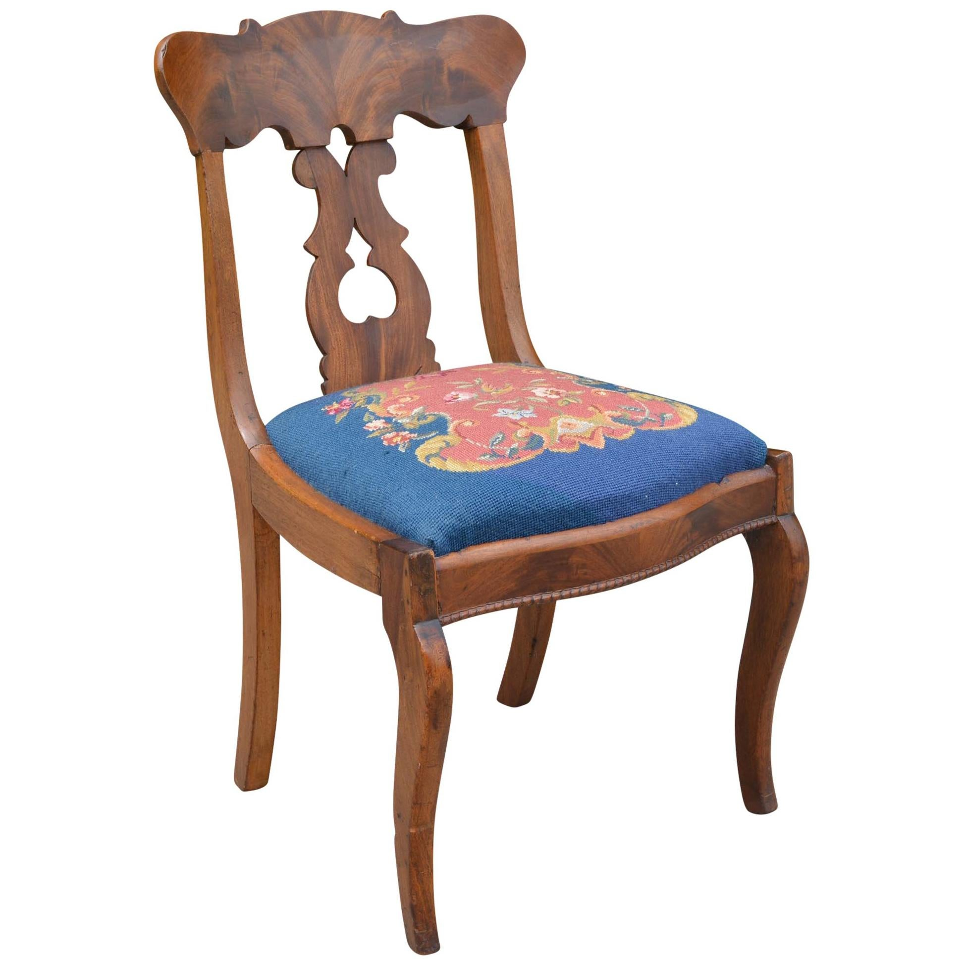 Charmant Victorian Parlor Chair With Needlepoint Seat