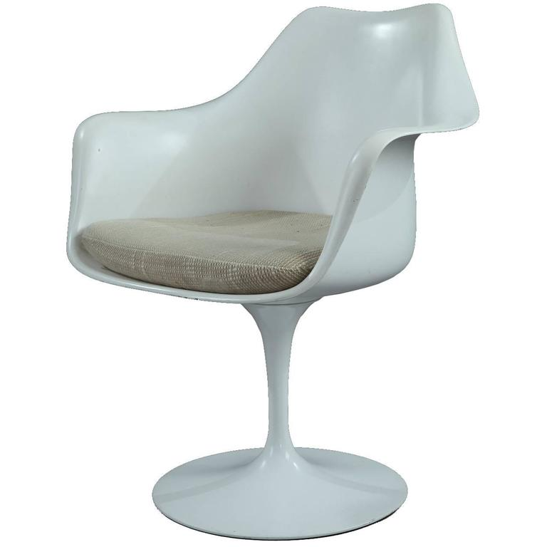 Tulip armchair designed by eero saarinen for knoll for Eero saarinen tulip armchair