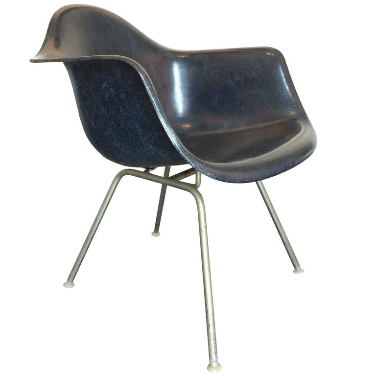 Mid Century Modern Charles Eames Herman Miller Fiberglass Lounge Chair In  Navy For Sale