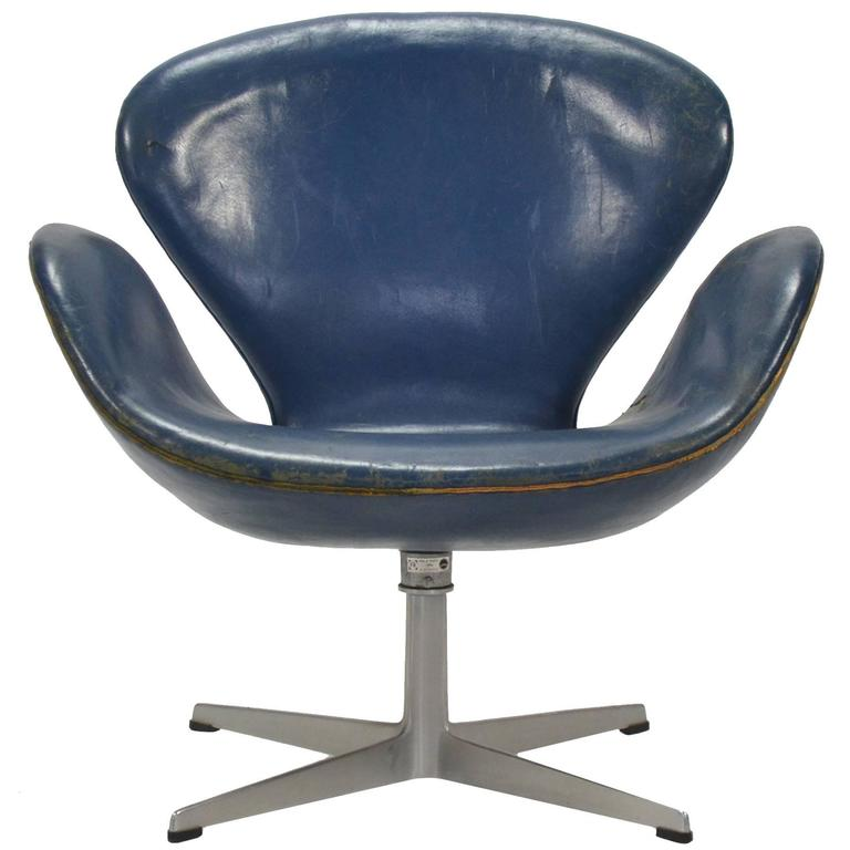 Arne Jacobsen Swan Chair in Original Blue Leather by Fritz Hansen For Sale