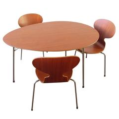 Pristine Three-Legged Ant Table Set in Teak with Three Chairs by Arne Jacobsen
