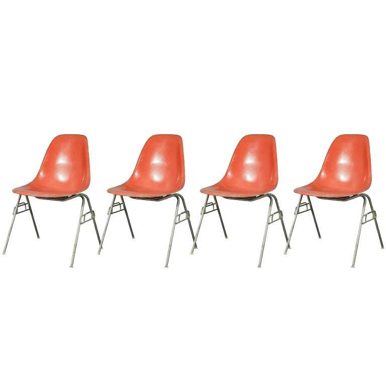Merveilleux Vintage Eames Orange Fiberglass Shellchair For Sale