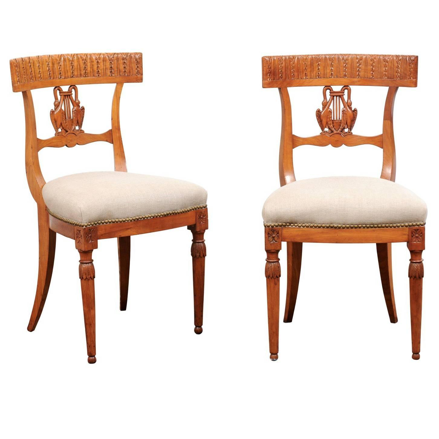 Merveilleux Pair Of Italian Neoclassical Side Chairs With Swans And Lyre From The 1850s