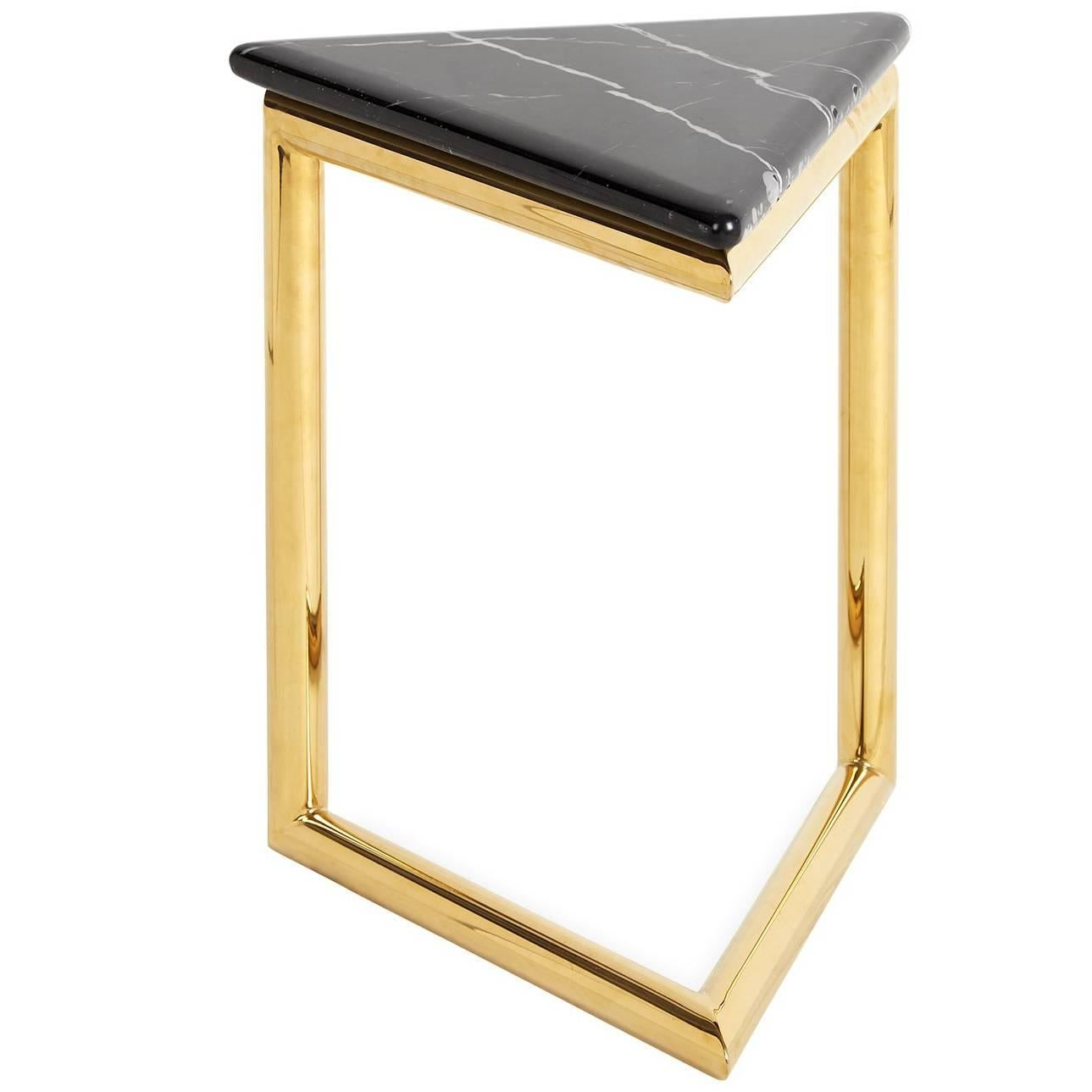 Charmant Ultra Triangle Brass And Marble Accent Table For Sale
