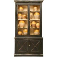 Direktionsstil bemalter Bücherschrank mit Türen aus Hühnerdraht