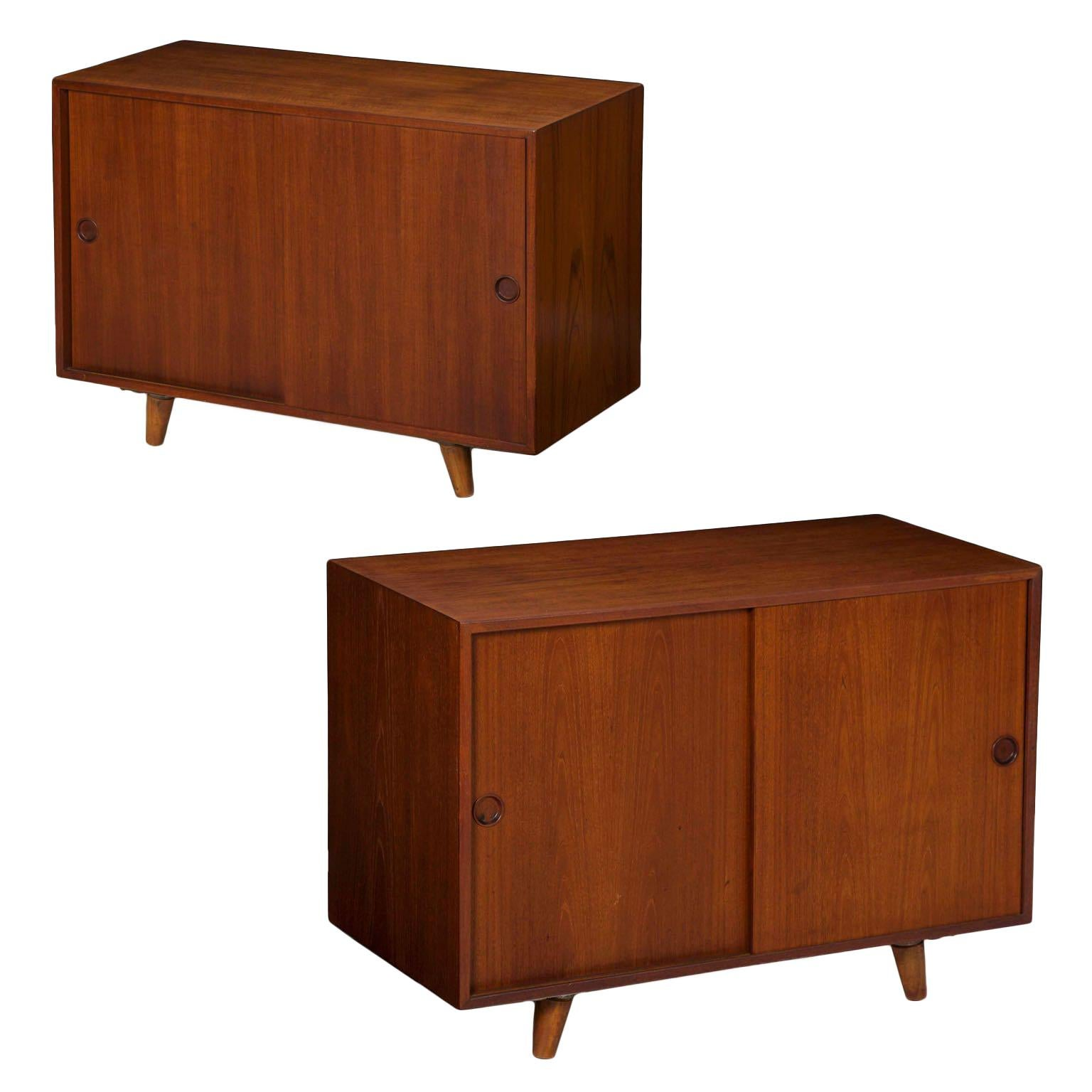 Charmant Pair Of Danish Mid Century Modern Teak Cabinets Nightstands By Peter Hvidt  For Sale