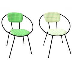 Paar Stühle mit kreisrundem Eisengestell und zeitgenössischem Maharam-Stoff, 1950er Jahre