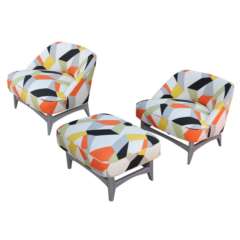 Pair of Modern Lounge Chairs in Gray and Bold Geometric Fabric with Ottoman For Sale