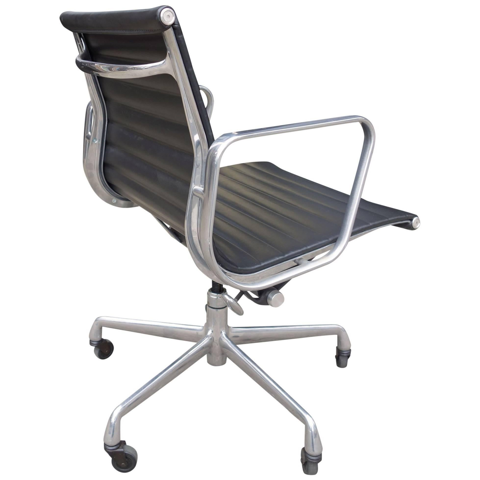 Midcentury Eames Aluminium Group Management Chairs For Herman Miller For  Sale
