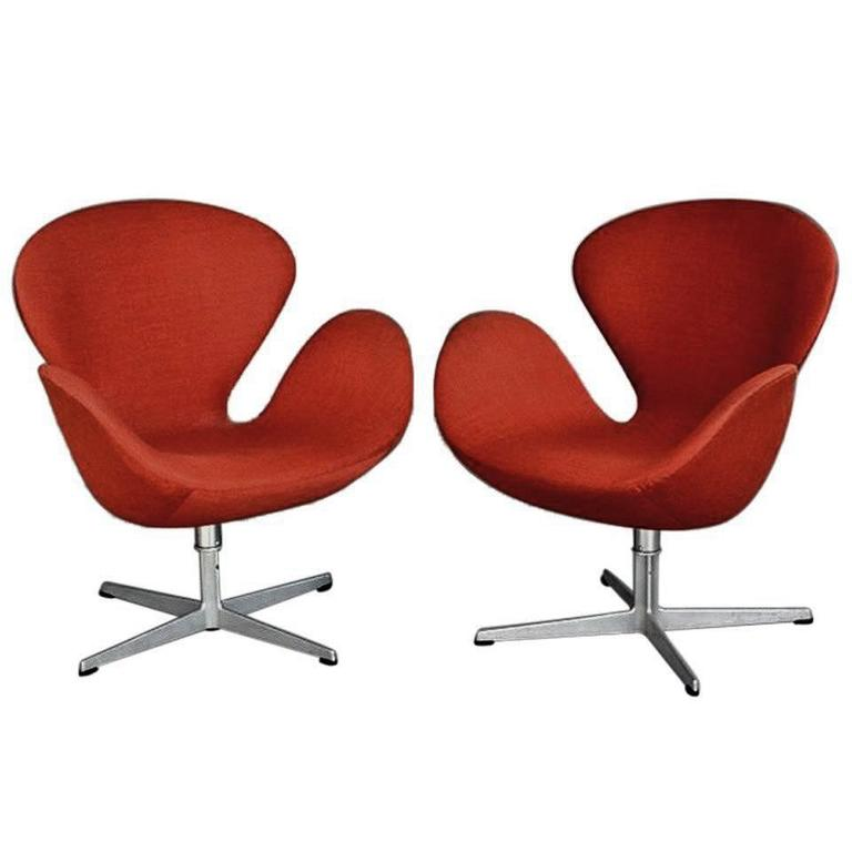 A Pair Of Vintage Danish Swan Chairs Arne Jacobsen Fritz Hansen For