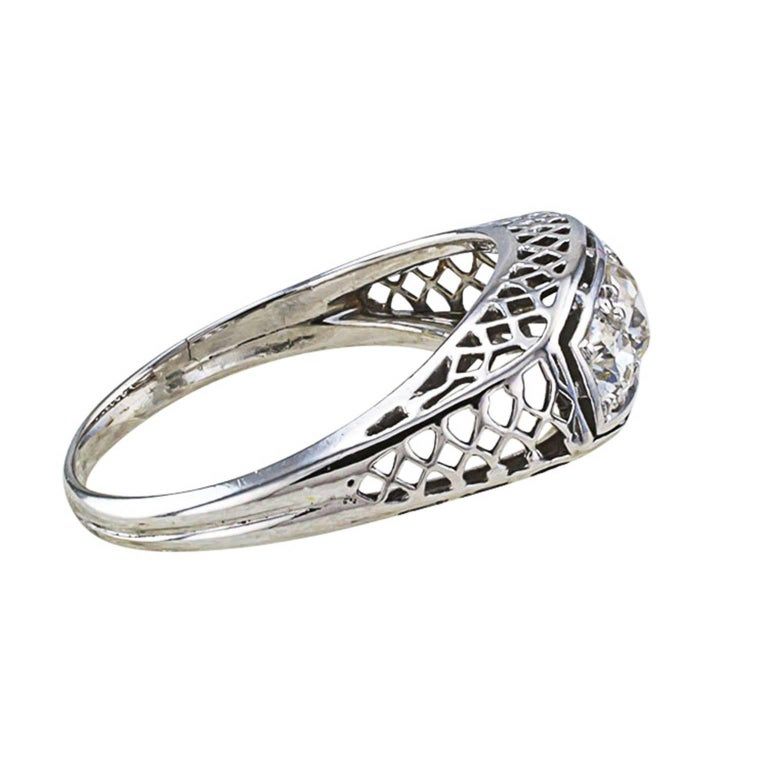 1920s Art Deco Three-Stone Diamond White Gold Engagement Ring In Good Condition For Sale In Los Angeles, CA