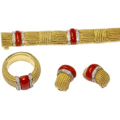 18 Karat Gold Set of Bracelet, Ring and Earclips with Salmon Corals and Diamonds