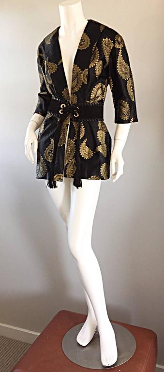 Amazing, and rare 1950s ALFRED SHAHEEN black silk + cotton kimono jacket! Black backdrop, with hand printed gold paisley print throughout. Shawl collar, with so much style! Looks great alone, or belted (pictured vintage Yves Saint Laurent YSL tassel