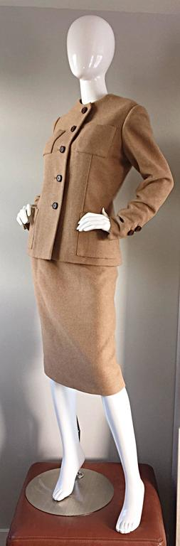 Norman Norell 1960s Size 12 Tan / Camel 60s Vintage Blazer Jacket + Skirt Suit In Excellent Condition For Sale In Chicago, IL