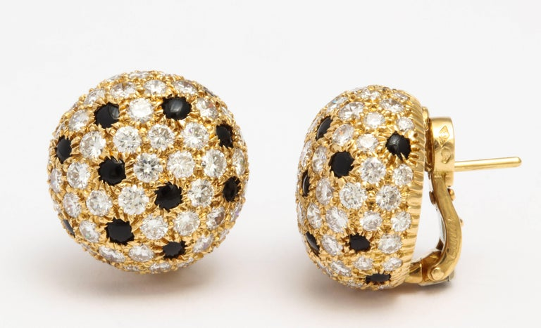 Cartier Gold Button 'Panthere' Onyx and Diamond Earrings In Excellent Condition For Sale In New York, NY