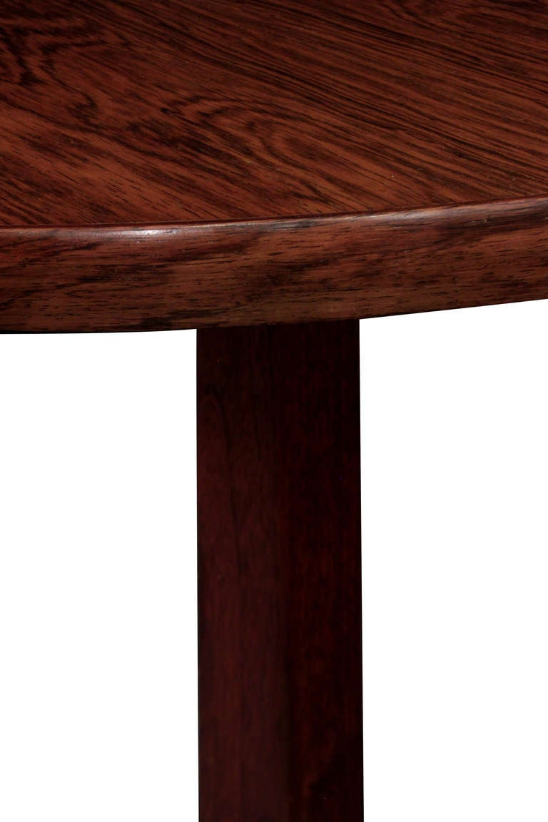 Round dining table in Brazilian rosewood designed by Edward Wormley for Dunbar, American, 1960s (Dunbar tag on bottom) Refinished.