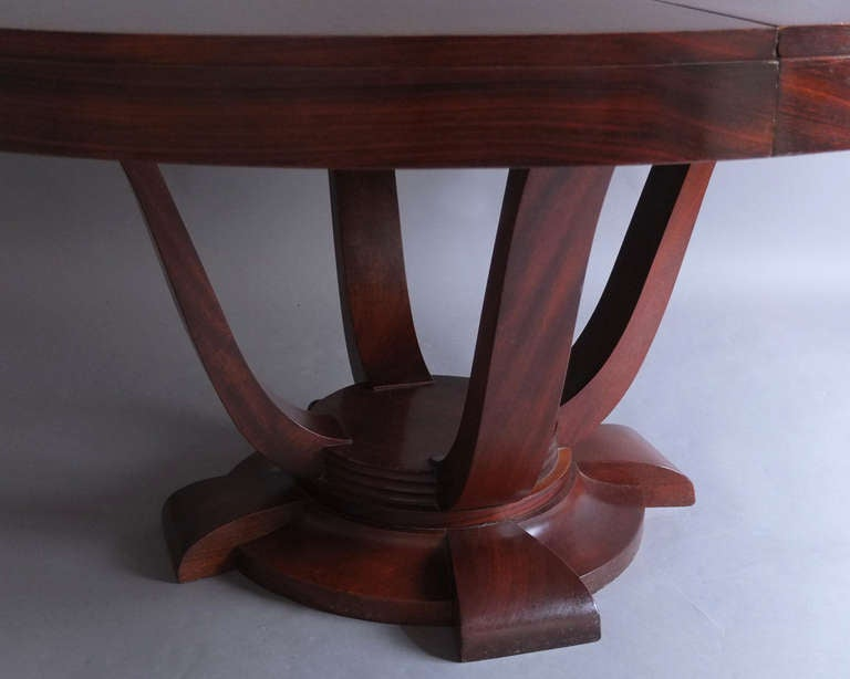 Fine french art deco rosewood round dining or center table for Grande table ronde 10 personnes
