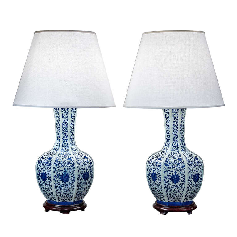 pair of blue and white chinese lamps at 1stdibs. Black Bedroom Furniture Sets. Home Design Ideas