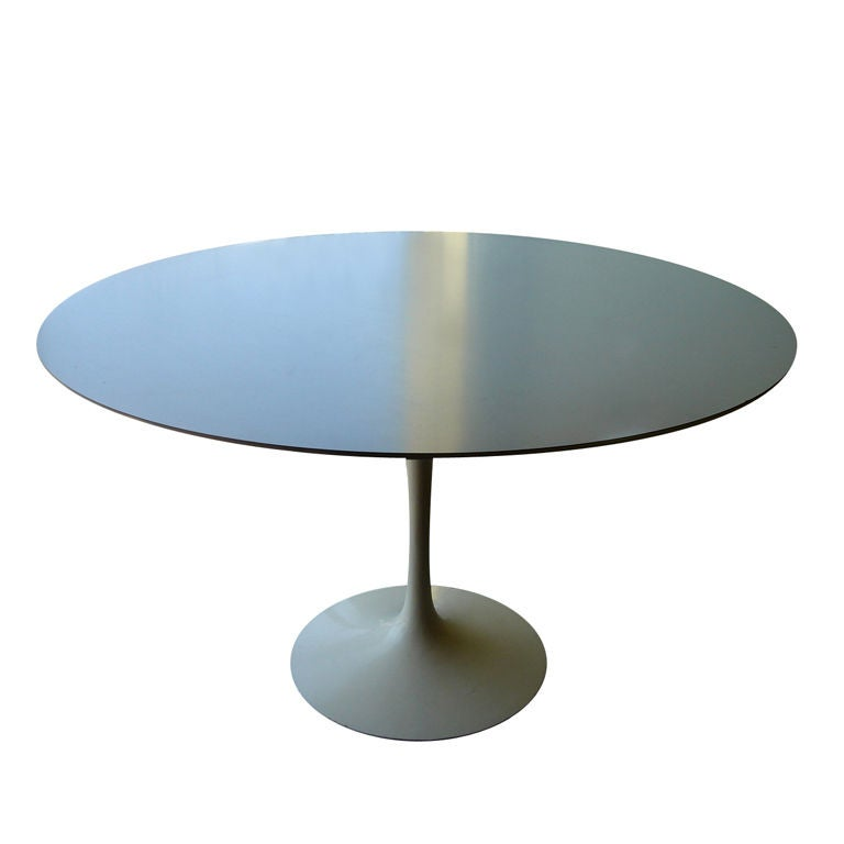 vintage round tulip dining table by saarinen for knoll at 1stdibs. Black Bedroom Furniture Sets. Home Design Ideas