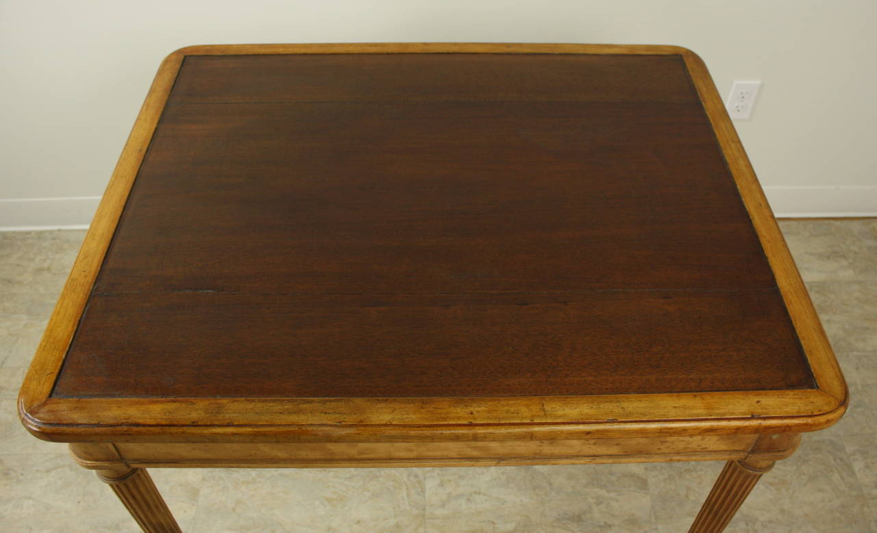 Elegant Scottish Satin Birch Writing Table, Fine Reeded Legs In Good Condition For Sale In Port Chester, NY