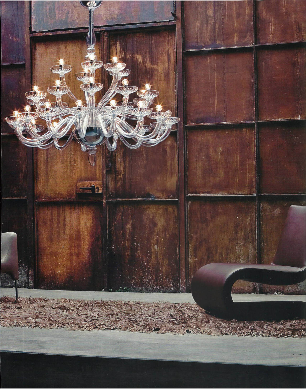 Pure and elegant 3 tier Italian Mid-Century Modern Style Venetian glass chandelier in clear glass in a sober, modern traditional style symmetrically arranged with 15 arms on the lower level, ten on the middle and five arms on the top tier.   There