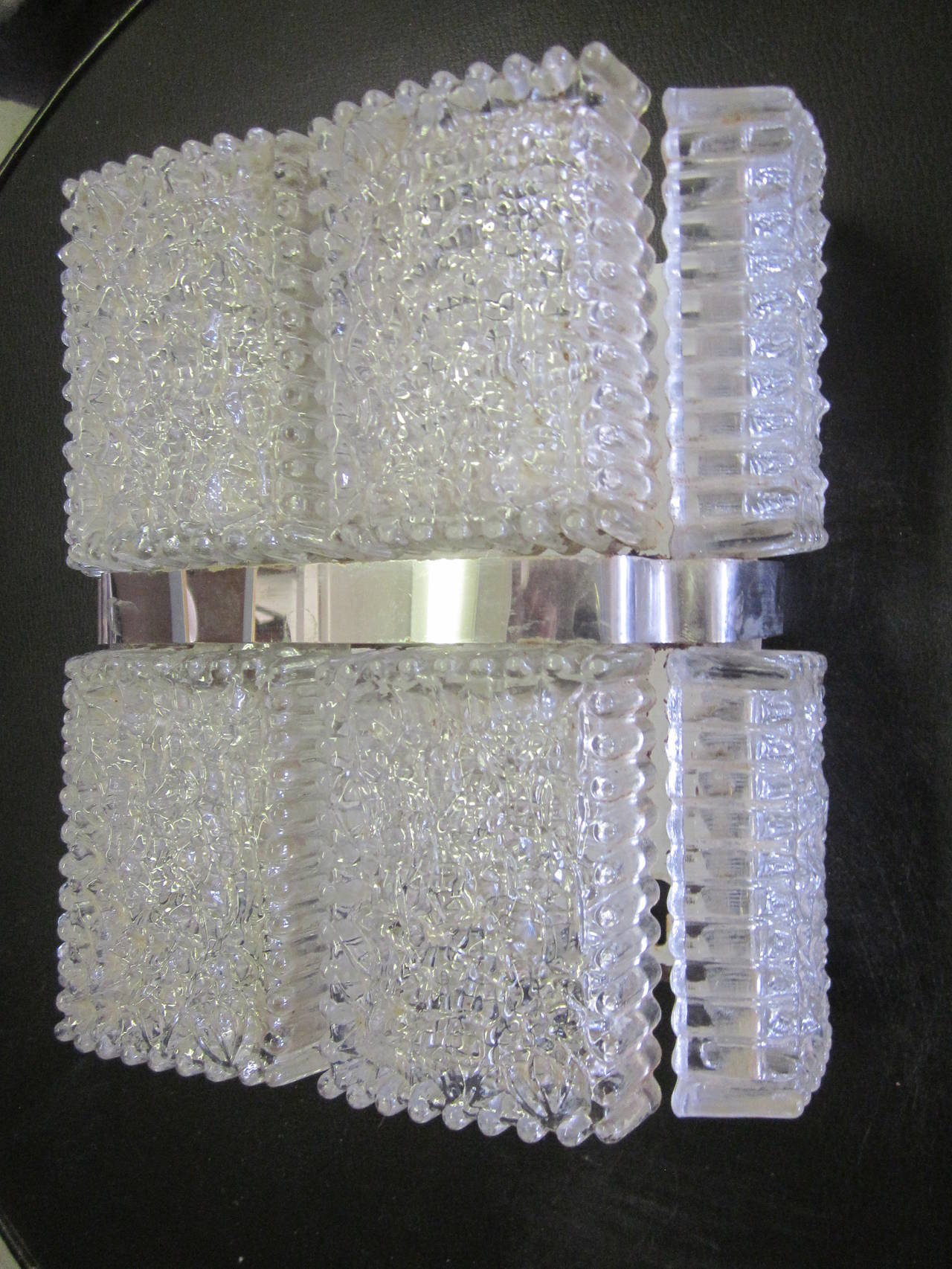 Pair of elegant and sober modern wall lights in thick clear Venetian glass in an ice glass pattern.