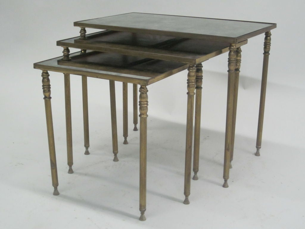 Set 3 French Mid-Century Modern Brass & Mirror Nesting Tables by Maison Jansen In Good Condition For Sale In New York, NY