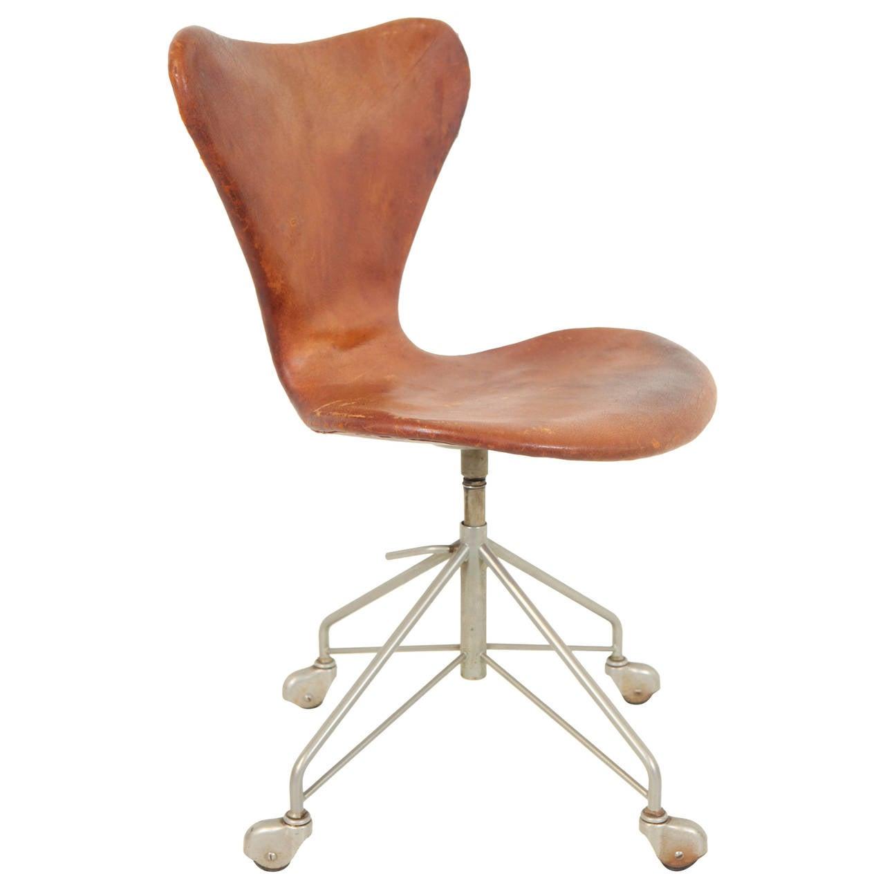 arne jacobsen swivel desk chair at 1stdibs. Black Bedroom Furniture Sets. Home Design Ideas