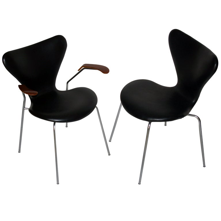 Pair of arne jacobsen series 7 chairs at 1stdibs for Chaise serie 7 arne jacobsen 1955
