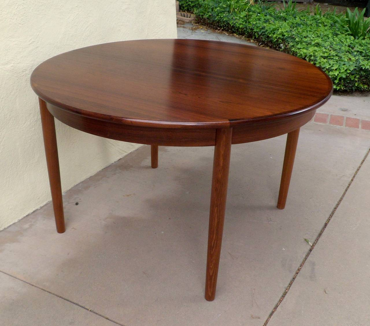 Incroyable Round Rosewood Dining Table