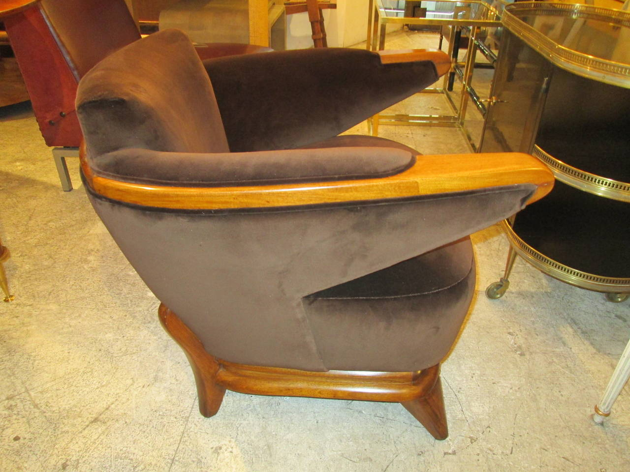 Pair of Sculptural Mid-Century Lounge Chairs with Cantilevered Arms In Excellent Condition For Sale In New York, NY