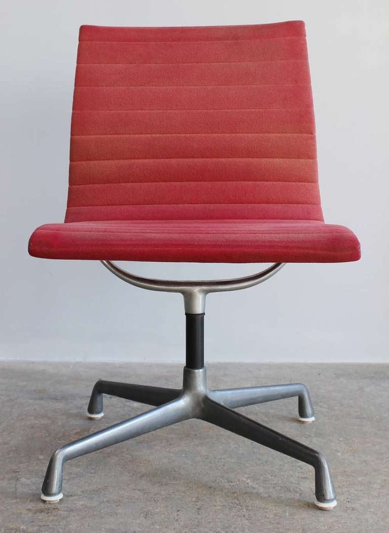 eames aluminum group desk chair at 1stdibs. Black Bedroom Furniture Sets. Home Design Ideas