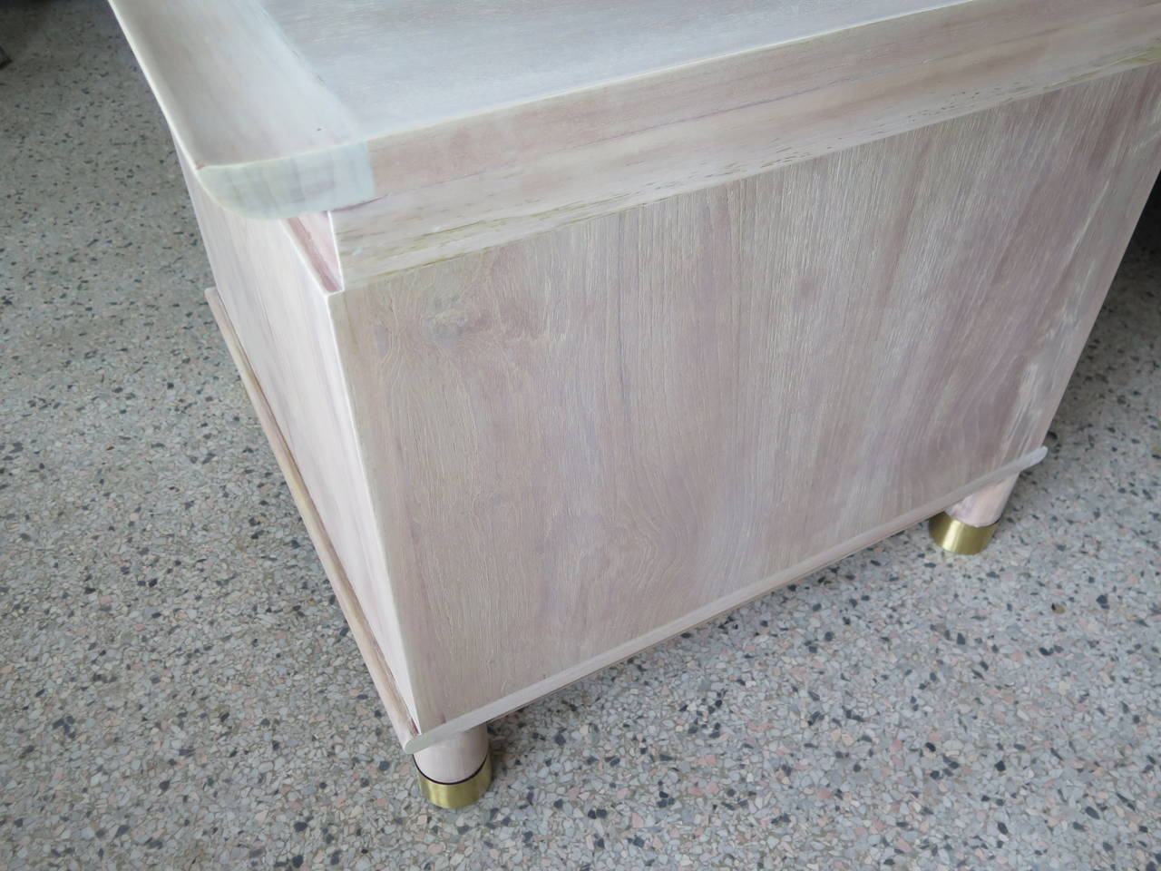 Pair of Elegant Chinese Style Nightstands with Polished Brass Hardware In Good Condition For Sale In St.Petersburg, FL