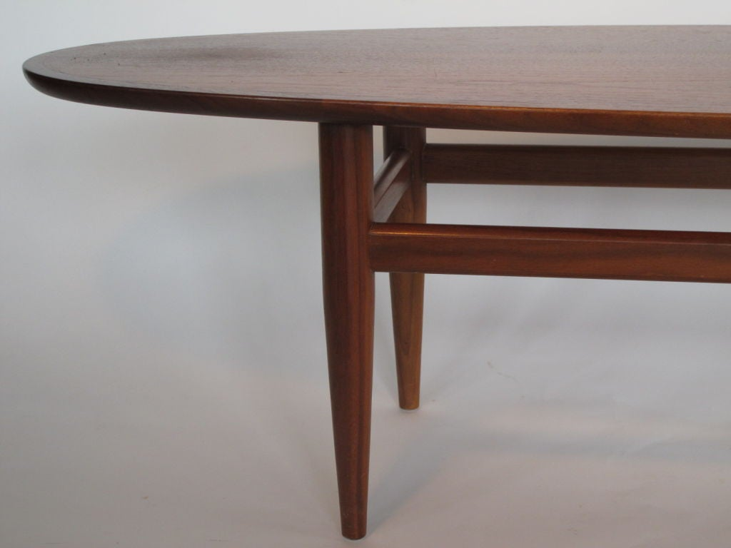 Mid-20th Century Elegant Surfboard Coffee Table By Heritage In Natural Walnut
