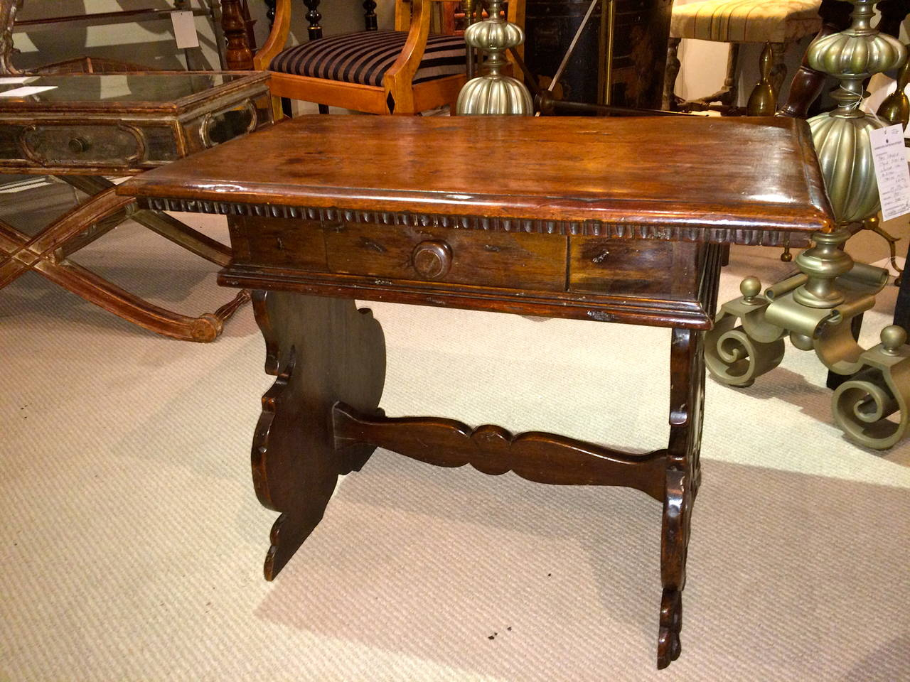 Italian Baroque Walnut Side Table In Excellent Condition For Sale In Stamford, CT