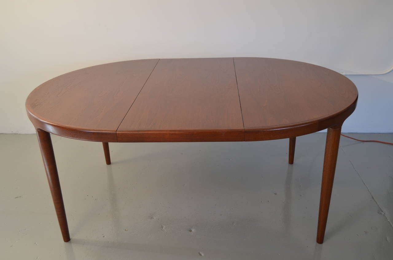 Round dining table with two leaves for sale at 1stdibs for Round dining room tables for sale