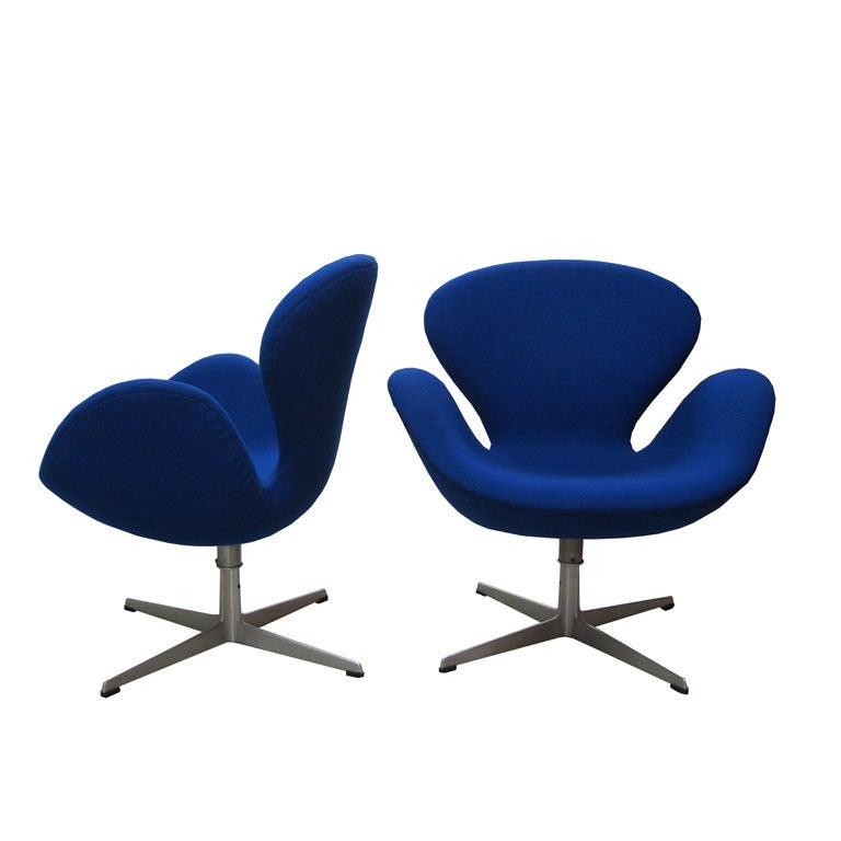 """Pair of  Vintage """"Swan"""" Chairs by Arne Jacobsen for Fritz Hansen For Sale"""
