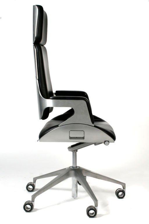 james bond 007 silver executive desk chair by interstuhl. Black Bedroom Furniture Sets. Home Design Ideas