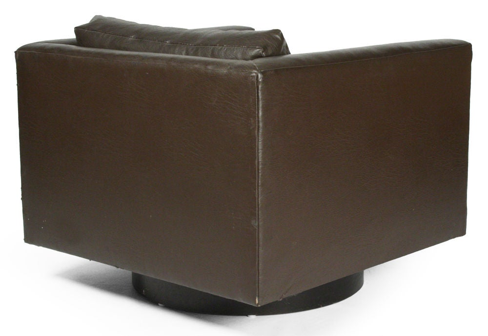 Pair of Swivel Cube Lounge Chairs by Harvey Probber In Good Condition For Sale In New York, NY
