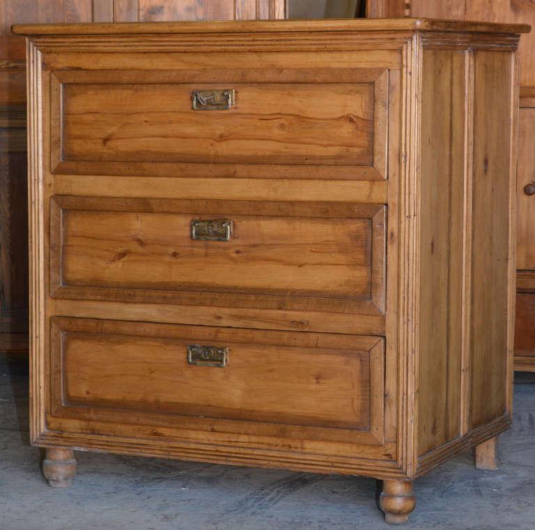 Three-drawer chest in birch.