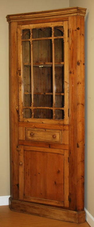 Antique Irish Corner Cupboard In Good Condition For Sale In Los Angeles, CA