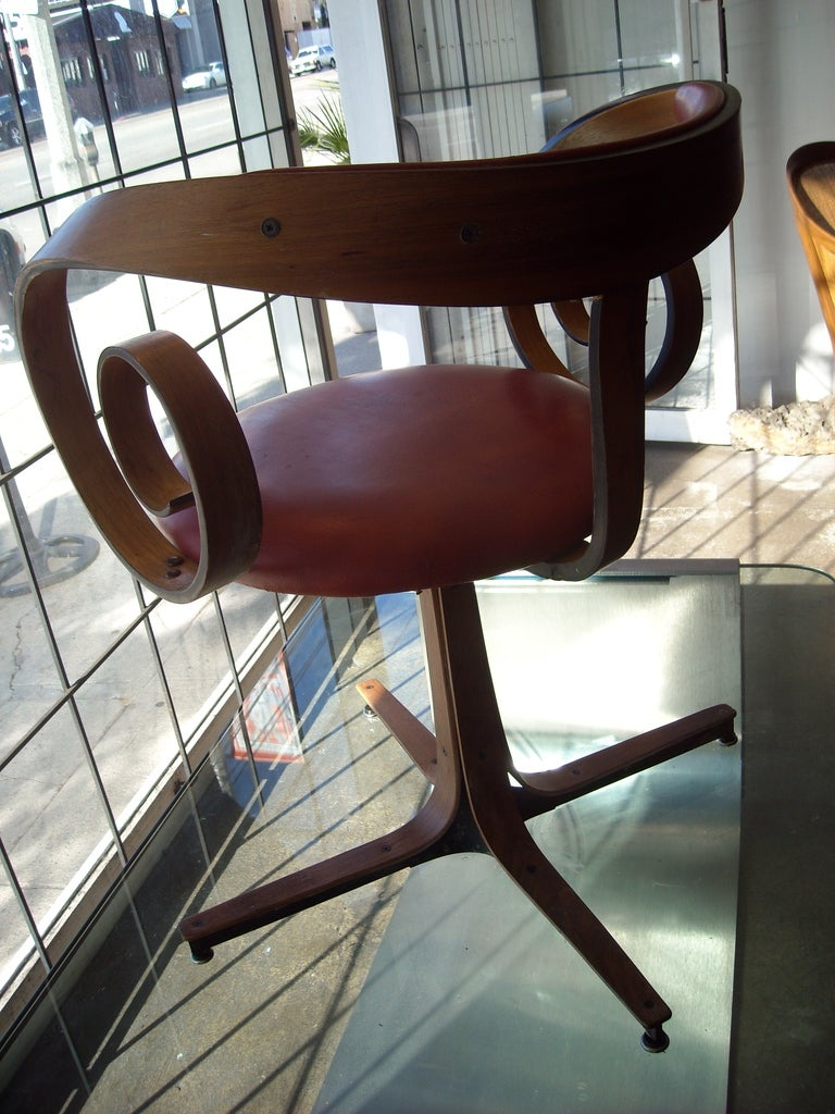 Mid-Century Modern George Mulhauser for Plycraft side/desk swivel chair. For Sale