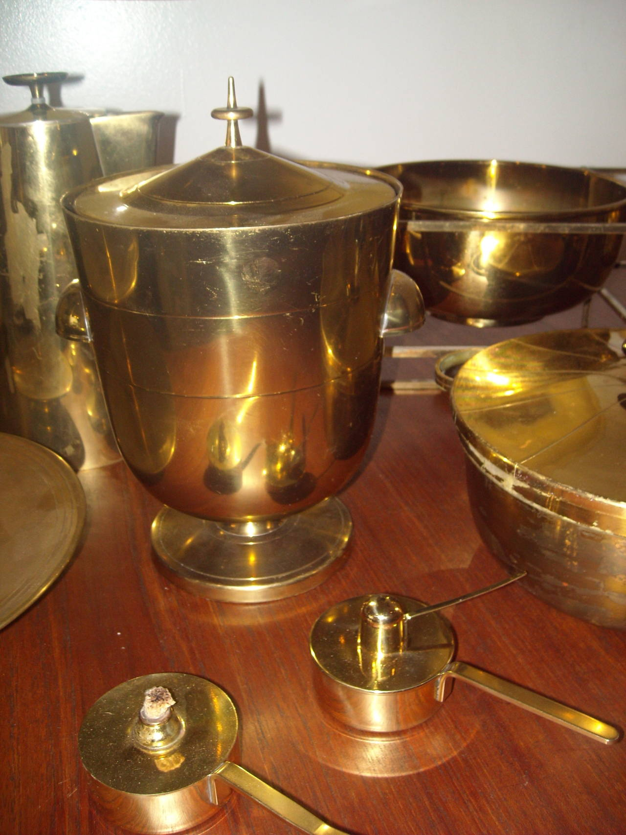 Mid-20th Century Large Set of Tommi Parzinger Dining Ware for Dorlyn Silversmith, in Brass For Sale