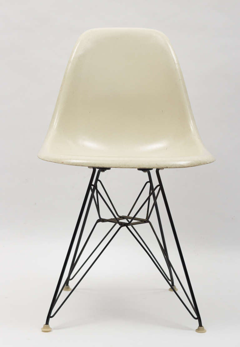 Vintage set of charles and ray eames eiffel chairs for for Chaise eames eiffel