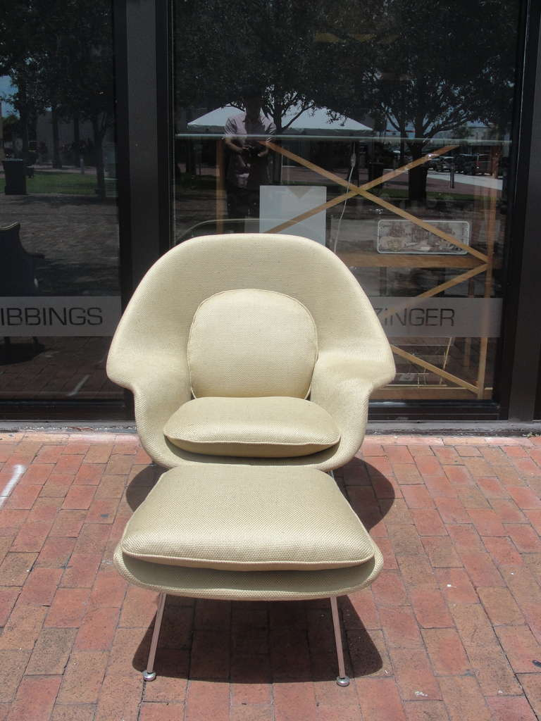 Saarinen Womb Chair and Ottoman by Knoll In Excellent Condition For Sale In East Hampton, NY